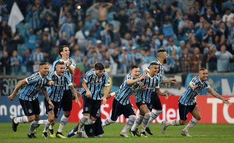 Gremistas correm para comemorar classificação nas oitavas de final diante do Estudiantes