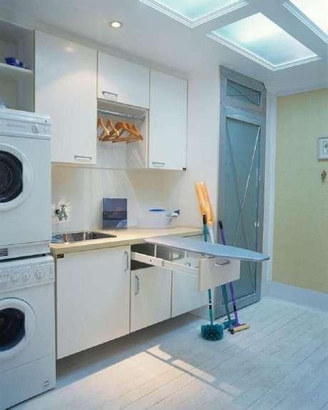 10. O armário multiuso para lavanderia é excelente para manter o ambiente sempre bem organizado – Foto: Ana Luisa Previde