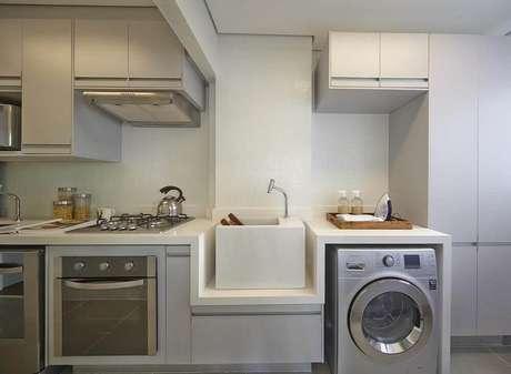 14. Armário para área de serviço integrada com cozinha planejada em tons neutros e claros – Foto: Ornare
