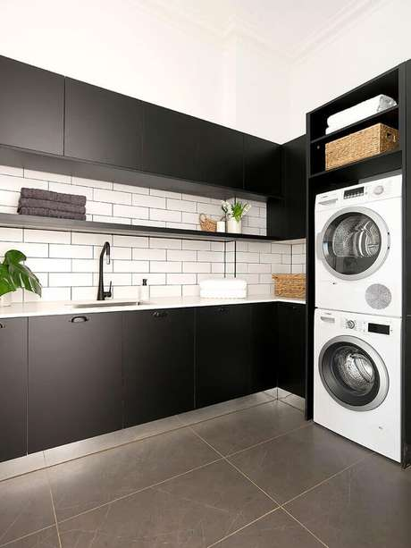16. Decoração moderna em tons de preto e branco com armário para área de serviço planejada – Foto: Freedom Kitchens