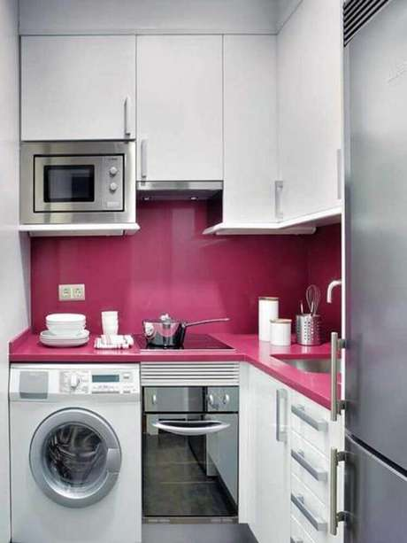 17. Decoração com armário para cozinha com lavanderia planejada com bancada rosa e armários brancos – Foto: Futurist Architecture