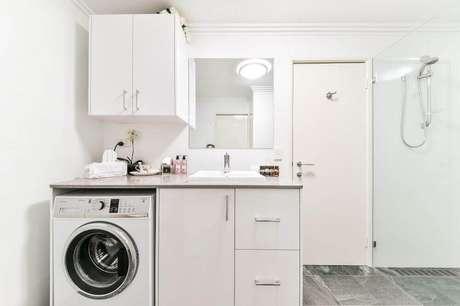 18. Armário para lavanderia dentro do banheiro – Foto: Paramount Creations