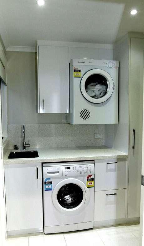 21. Área de serviço pequenacom armários brancos – Foto: Home Design Gallery Ideas