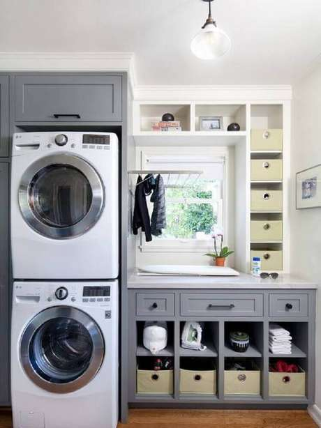24.Área de serviço planejadacom armários cinza com pequenos nichos – Foto: Pinterest