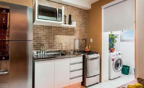 26. Cozinha pequena com toldo para separar área de serviço – Foto: Shining on Design