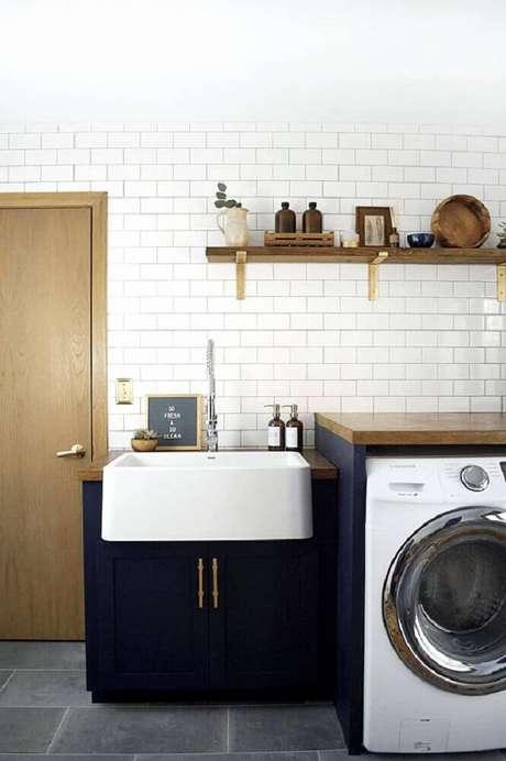 31. Armário paraárea de serviço azul marinho decorada com subway tile e prateleira de madeira – Foto: Home Decorating Ideas