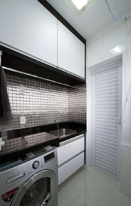 34. As pastilhas de alumínio dão um toque mais moderno para a decoração da lavanderia pequena – Foto: Wood Save