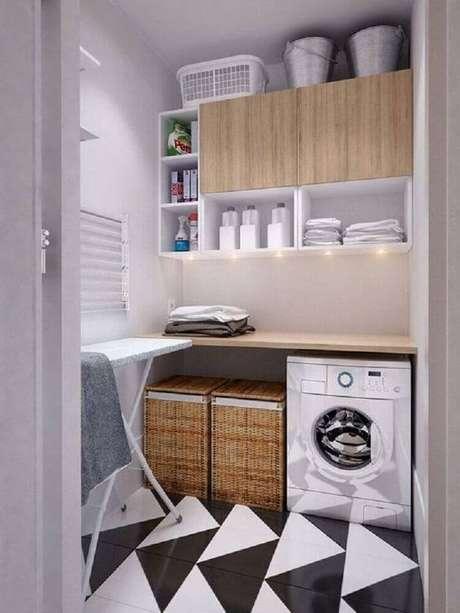 36. Decoração com armário para lavanderia pequena com iluminação de LED embutida e piso preto e branco – Foto: Archilovers