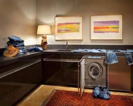 37. Decoração com quadros e tapete para lavanderia planejada – Foto: HouseBeauty