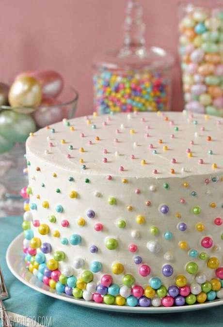 9. Um jeito fácil e simples de deixar o bolo mais bonito e colorido para a sua decoração de festa