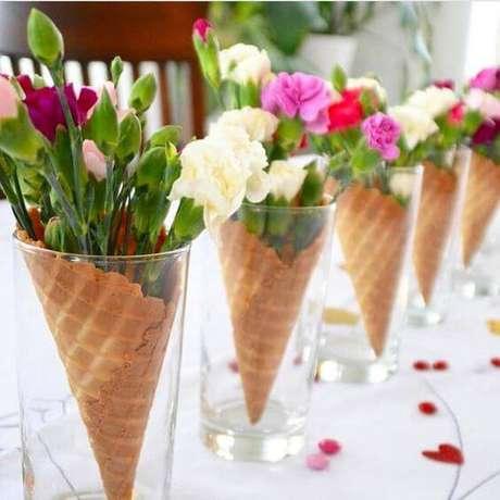 11. Casquinhas de sorvete ficam lindas enfeitando a mesa em copos altos.