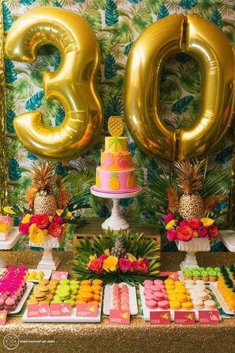 7. A mesa do bolo é o centro das atenções na decoração de festa.