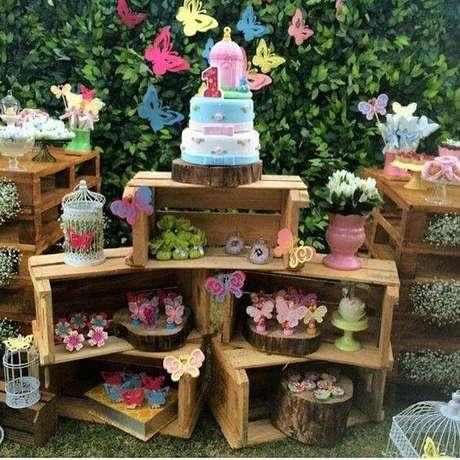 18. Você pode escolher uma decoração de festa ecológica com pallets e caixotes.