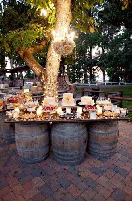 25. Se você vai dar uma festa externa, invista na decoração com luzes e muitas flores.