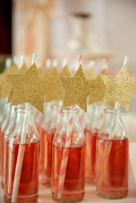 28. Decore as bebidas coloridas com canudos e outros enfeites.