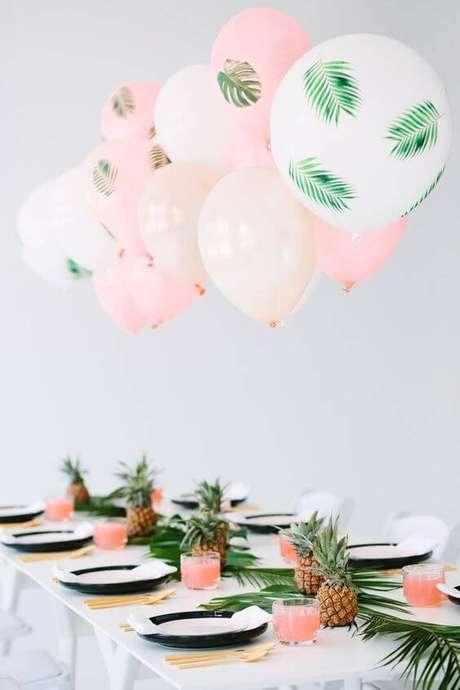 31. A mesa com balões em cores suaves fica bonita e diferente.