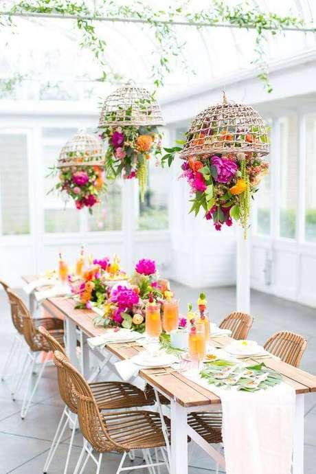 32. Se você é muito bom com artesanato, essas cestas invertidas com flores ficam charmosas e requintadas.
