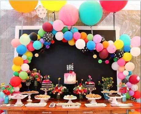 33. As bexigas coloridas são a decoração de festa ideal para aqueles mais divertidos.