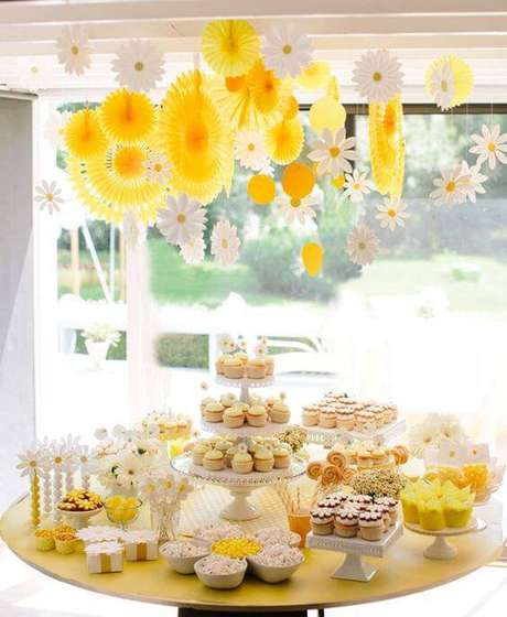 38. Para festas de dia, invista em uma decoração luminosa, com tons quentes.