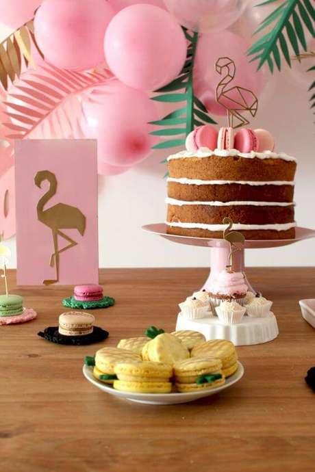 42. A decoração de festa de flamingos é uma tendência e fica super delicado.