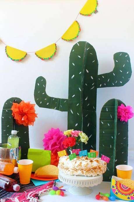 45. A decoração de festa mexicana pede muitas cores e cactos.