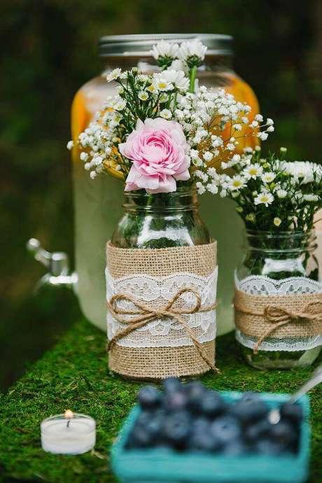 51. Enfeite as mesas decoradas com potes com tecido rústico, renda e corda. Superfácil de fazer.
