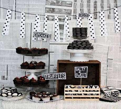 52. A decoração de festa preta e branca não tem erro e pode ser combinada de maneiras diversas.