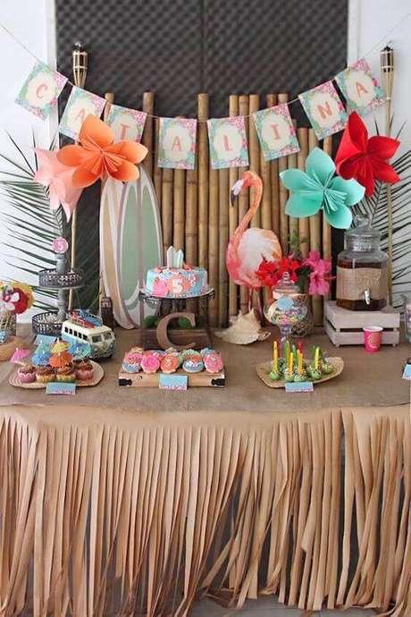 54. A decoração de festa tropical tem toalha de mesa de papel cortado em tiras. Bonito e barato!