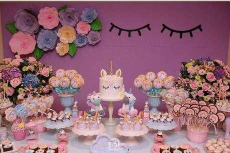 57. Flores, brilhos e cores suaves ficam lindas com decoração de festa de unicórnios.