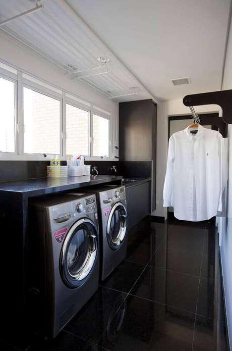 38. Tons de cinza, preto e brando deixam a lavanderia planejada com uma decoração mais moderna – Foto: Roofing Brooklyn