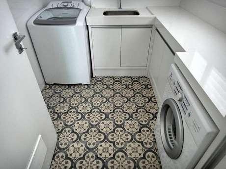 41. Decoração para lavanderia pequena planejada com piso hidráulico e armários brancos – Foto: Gabriela Herde