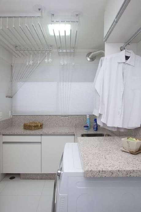 42. Lavanderia planejada com armários brancos e bancada de granito – Foto: Deborah Basso