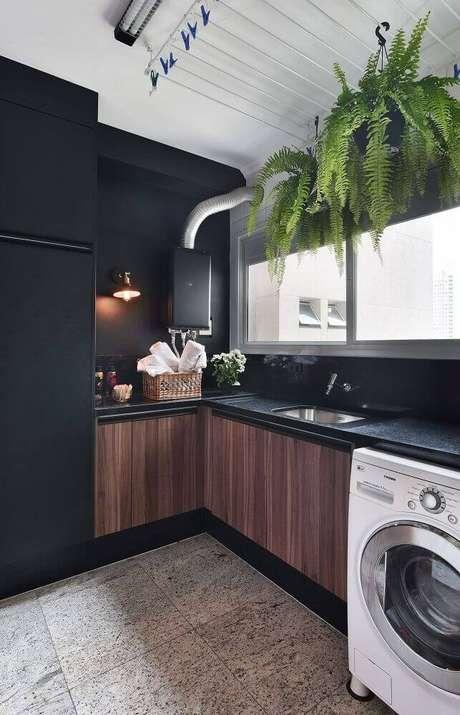 43. Decoração moderna para lavanderia planejada toda preta com armários com portas de madeira – Foto: Tetriz Arquitetura