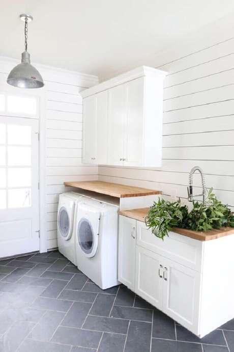 44. Modelo de armário para área de serviço com bancada de madeira – Foto: Emilya Clark