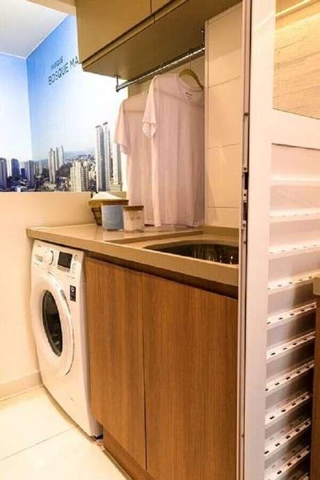 3. Modelos de lavanderia pequena com armário planejado com cabideiro embaixo – Foto: Très Arquitetura