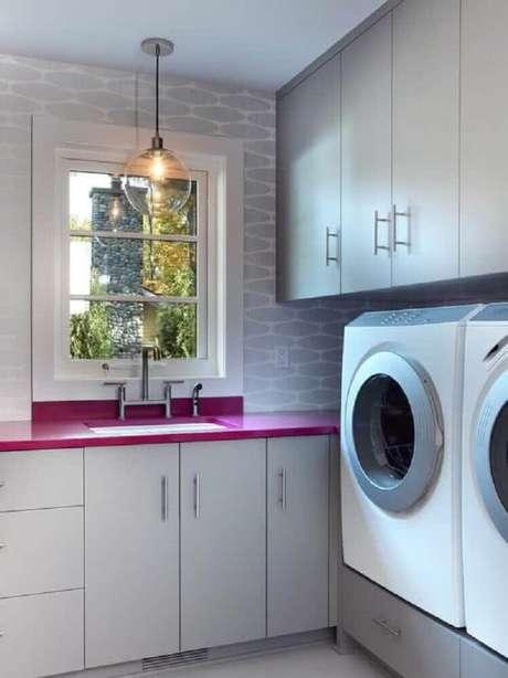 47. Decoração para lavanderia planejada revestimento cinza e bancada cor de rosa – Foto: Prima Kitchen Furniture
