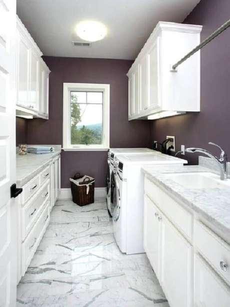 48. Armário para lavanderia planejada com iluminação de LED embutida e paredes roxas – Foto: Pinterest
