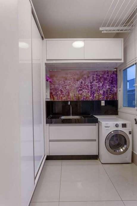 49. Decoração para lavanderia toda branca com adesivo na parede – Foto: Iara Kilaris