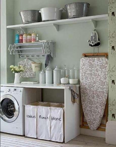 50. Decoração simples para lavanderia com prateleira e espaço para colocar tabua de passar roupas – Foto: Homedit