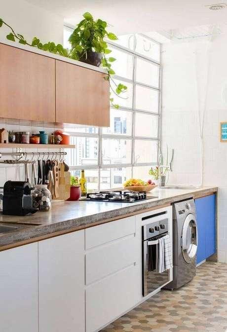 53. Decoração simples para cozinha integrada com lavanderia pequena planejada – Foto: Aaron Guides