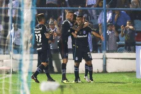 Alisson comemora o primeiro gol do Grêmio na partida