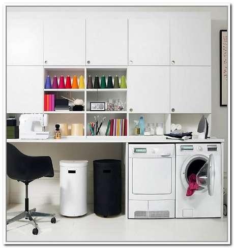 59. Lavanderia planejada com armários brancos e bancada para costura – Foto: Home Design Ideas