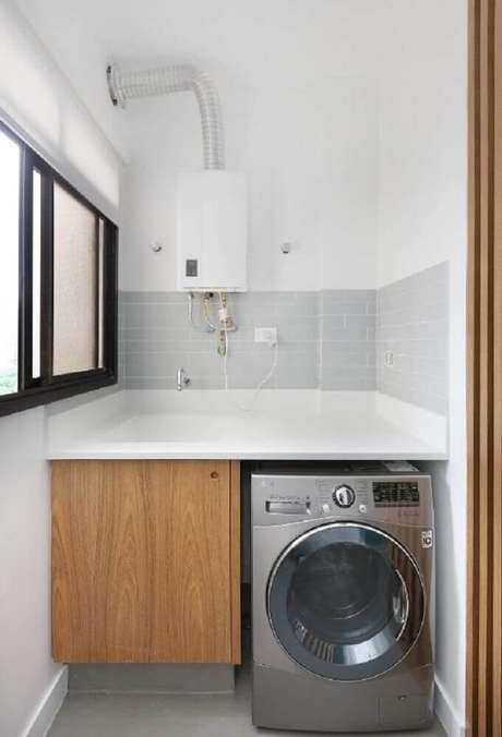 60. Lavanderia pequena com armário de madeira e revestimento cinza para pia – Foto: ACF Arquitetura