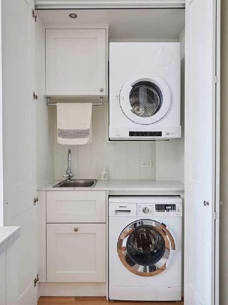 61. Lavanderia pequena e simples com armários planejados e porta camarão – Foto: Pinterest