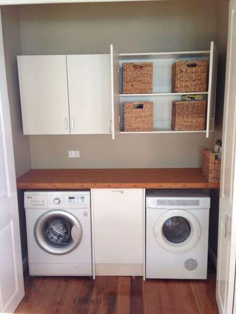 62. O modelo aéreo de armário para lavanderia é uma excelente opção para lavanderia pequena – Foto: Dinner Table Arrangement Ideas