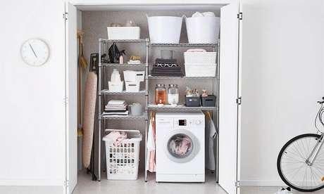 63. Lavanderia pequena com porta camarão e armário de alumínio organizado com cestas – Foto: House of Home