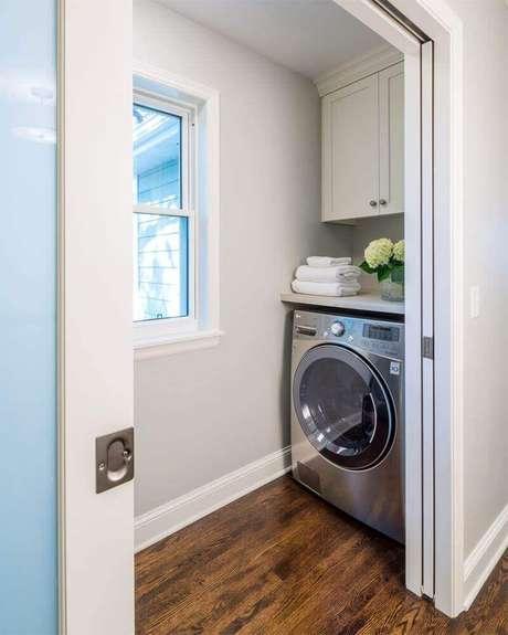 """64. Você pode investir em uma porta de correr para """"esconder"""" a sua lavanderia – Foto: Home Design and Decor Reference"""