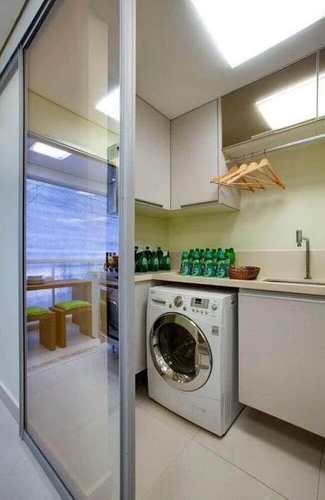 65. Lavanderia pequena com porta de correr e cabideiro embutido em modelo aéreo de armário para lavanderia – Foto: Lucia Stuhlberger Wjuniski