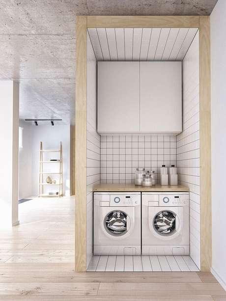 67. Modelos de lavanderia pequena com bancada de madeira e armário aéreo branco – Foto: Pinterest