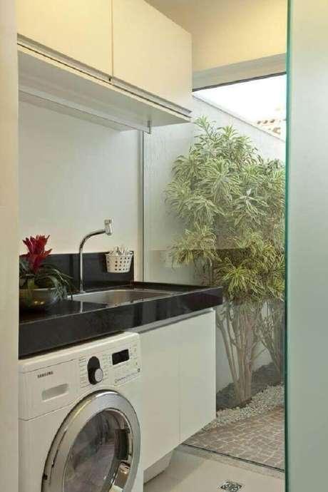 68. A parede de vidro deixa a decoração da lavanderia pequena mais leve – Foto: Pinterest